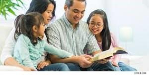 gezin leest bijbel