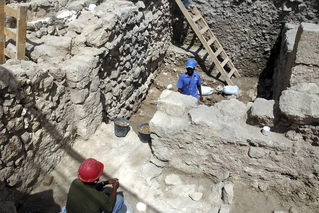 Jeruzalem - De overblijfselen van een gebouw uit de achtste eeuw v.Chr. bleven bewaard omdat de Oostelijke Cardo er over heen liep.