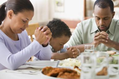 bidden bij de maaltijd