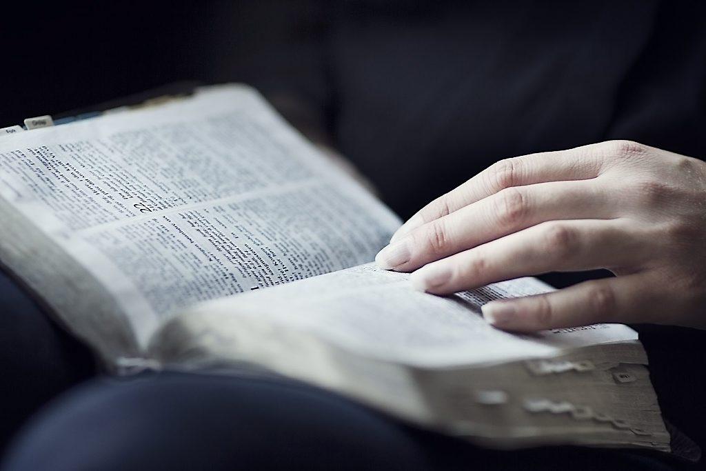 Studie van de bijbel door de bijbel te lezen, is erl zich van bewust zijn dat we met Gods Woord bezig zijn, eerbiedig luisteren naar de Schrift.