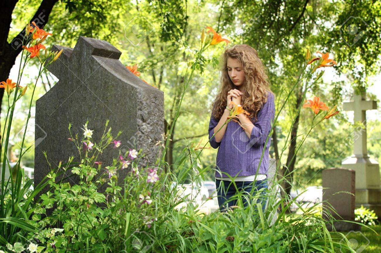 meisje bij graf