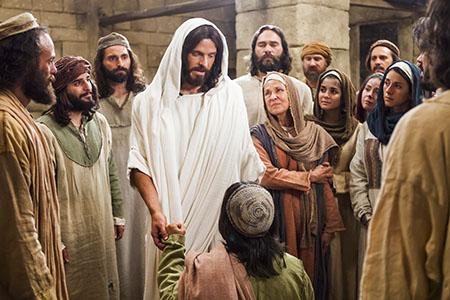 resurrected-christ-with-people_1341689_inl